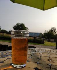 Ein Glas Bio-Cidre steht auf dem Tisch eines Ferienhauses in der Normandie