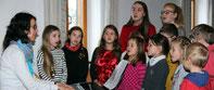 Der Kinderchor sang Weihnachtslieder für die Senioren.