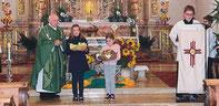 Kinder der Pfarrei brachten beim Erntedankgottesdienst die Gaben zum Altar.
