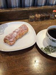 SHIBA COFFEEさんには食べ物の持ち込みもOK!持ち込んだ食べ物に応じて、合うコーヒーを勧めてくれる。