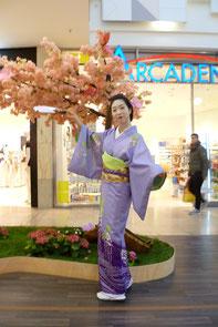 Chihoko Yanagi tanzt in den Schönhauser Allee Arcaden  © Diana Schaal