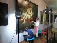 Gwenola Corbin et Françoise Le Corre restaurant la toile de François-Edouard Cibot dans les galeries du musée.