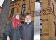 Sie sorgen dafür, dass die Stelen an Ort und Stelle stehen: Gaby und Peter Schulenberg (FKI)