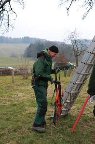 korrekte Sicherung und gute Positionierung der Leiter (hu)
