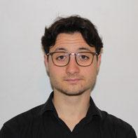 Photo en noir et blanc d'une femme souriante aux cheveux courts foncés.