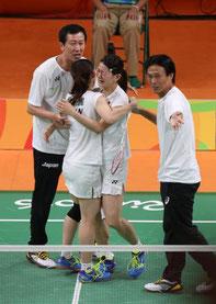 リオオリンピック 松友逆転優勝で金 朴コーチ(左)