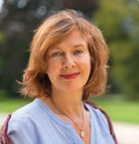 Heilpraktikerin Susanne Westphal-Gärtner mit hellblauer Bluse vor grünem Hintergrund