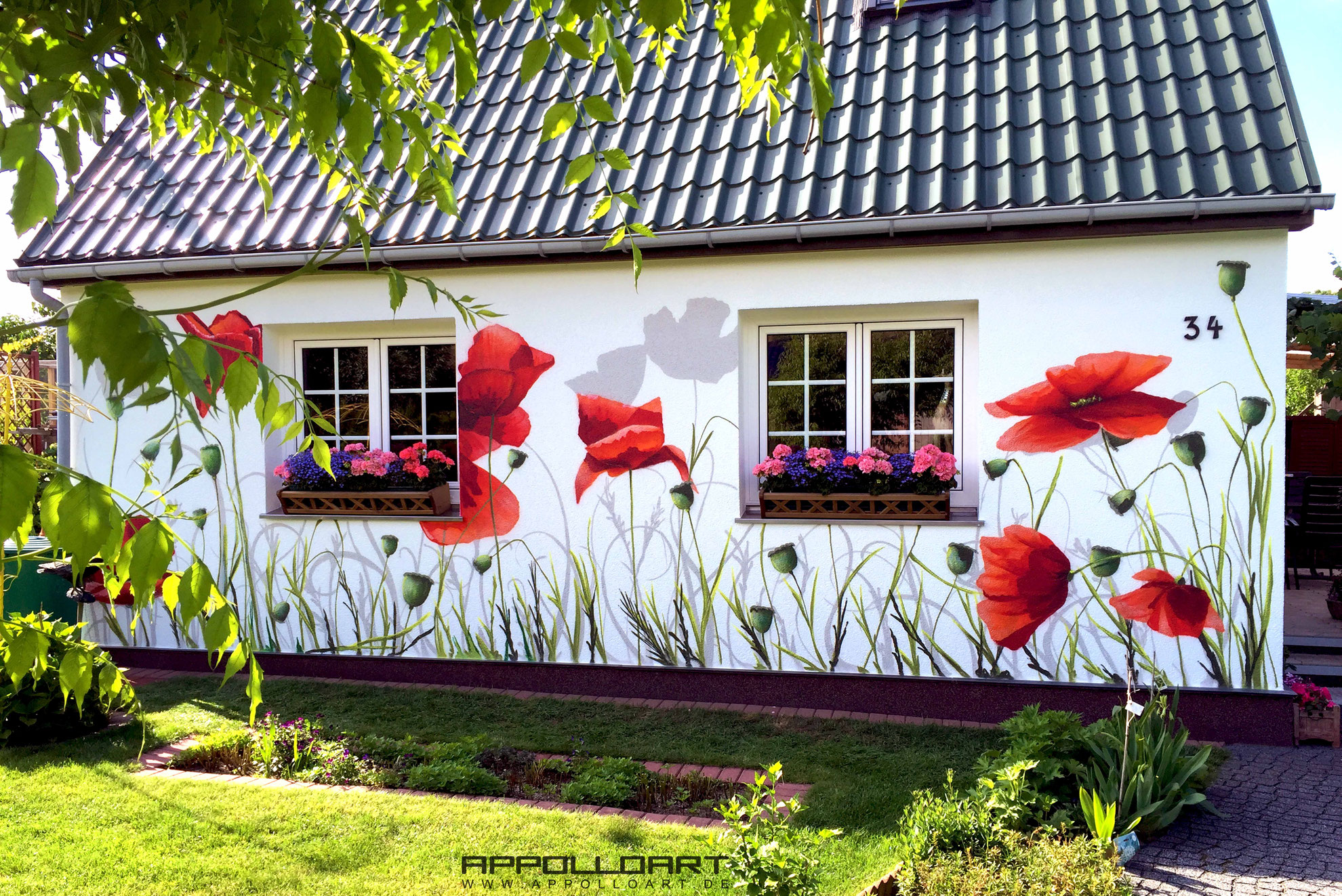 hauswand bungalow gestaltung mit mohnblumen graffiti k nstler und auftrag. Black Bedroom Furniture Sets. Home Design Ideas