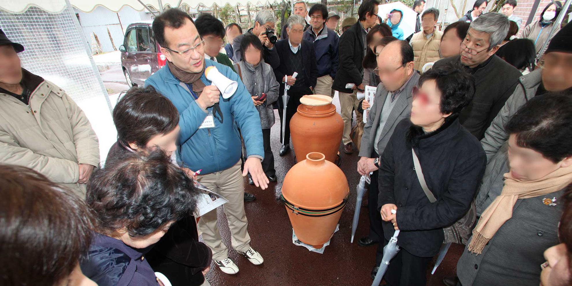 一般社団法人あがのがわ環境学舎主催のイベントで復刻した蒸しかまどなどを地元住民にお披露目する小田製陶所・五代目代表・小田正雄