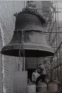 Die Christusglocke aus dem Jahr 1595 auf dem Weg in den neuen Turm