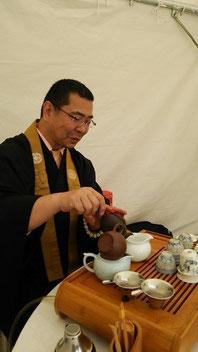 お茶をいれてくださる川村所長