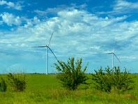 Vue d'éoliennes devant un paysage vert pour aborder la RSE