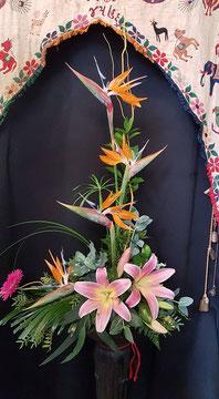 Centro de flores variadas mediano .