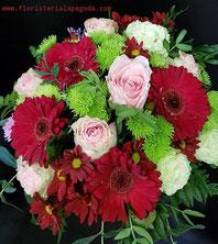 Cesto grande de flores variadas.