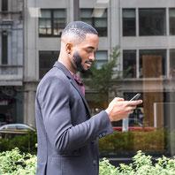 Photo de portait corporatif jeune homme en affaires en ville par Marie Deschene photographe pour Pakolla à Montréal