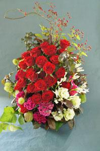 フラワーギフト・花・お祝い・アレンジ・贈り物 赤いバラを使って華やかなイメージ