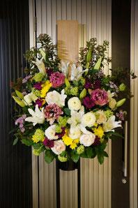 フラワーギフト・花・お供え 上品な白いユリの他に色味を足したお供え用スタンド花です
