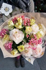 フラワーギフト・花・送別・退職・お祝い 柔らかい色を束ねた優しい雰囲気の花束