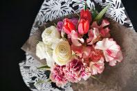 フラワーギフト・花・お祝い・誕生日 チューリップやスイートピー春の花材を使った優しい色の花束