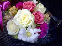 フラワーギフト・花・お祝い・花束 白やピンクのバラを使った可愛らしい花束
