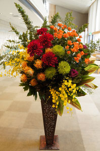 ギフト・花・開店・個展・イベント開催祝 枝物やダリアなど大ぶりなお花を使って華やかなイメージ