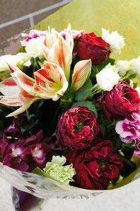 フラワーギフト・花・お祝い・花束 アマリリスとバラを使った花束 落ち着いた色合いで男性の方にもおすすめです