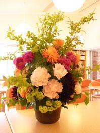 ギフト・花・開店・個展・イベント開催祝 シャクヤクやダリア季節の枝物などを使ってゴージャスなアレンジ
