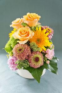 フラワーギフト・花・お祝い・アレンジ・贈り物 黄色の大きなバラやヒマワリで華やかなアレンジ