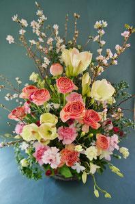 フラワーギフト・花・お祝い・アレンジ・贈り物 春のお花を使って優しいイメージ