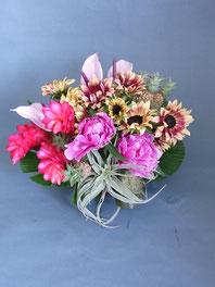 フラワーギフト・花・お祝い・アレンジ・贈り物 足元のエアープランツや紫のアンスリウムで南国風のアレンジ