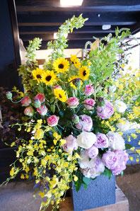 ギフト・花・開店・個展・イベント開催祝 季節のお花と枝物で動きのある楽しいアレンジ