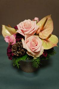 フラワーギフト・花・お祝い・アレンジ・贈り物 淡いピンクのバラやアンスリウム・松ぼっくりを使った可愛らしいアレンジ