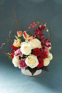 フラワーギフト・花・お祝い・アレンジ・贈り物 紅白のバラで和風に お正月にぴったりの華やかなアレンジ