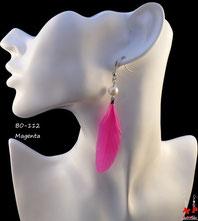 Boucles d'oreilles pendantes plumes magenta et perles nacrées
