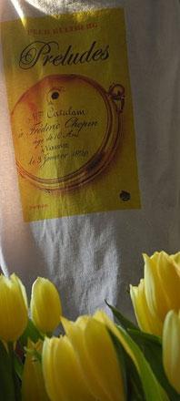 gele tulpen, t-shirt met omslag van preludes door peer hultberg