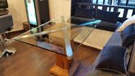 Mesa con acero inoxidable, madera y cristal.