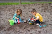 箱庭療法、砂場で遊ぶ子どものイメージ写真children-1730248_1280