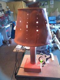 lampe avec abat jour en cuir, pied en bambou et bois gainé de cuir