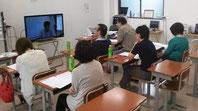 西茨城校の様子。TV画面を通して、本校とつながっています。