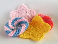 カラフルな毛糸で編みあげます