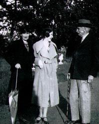Photo Renée de Tryon-Montalembert avec ses grands-parents