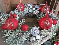 Adventskränze und Weihnachtsdekorationen aus eigener Fertigung.