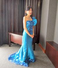前半はブルーのドレスで…