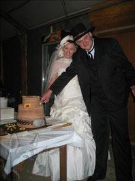 Teamwork an der Hochzeitstorte