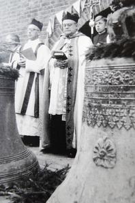 Propst Hülsmann und Kaplan Hlinetzky bei der Glockenweihe