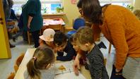 Die Kindergartenkinder schauen sich interessiert den Ordner an