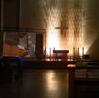 Ludger Morck an der Orgel über Videoleinwand