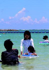きょう7日は立秋。しかし、日差しはまだ夏本番。ビーチは海水浴を楽しむ観光客でにぎわっている=6日午後1時過ぎ。真栄里ビーチ