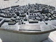 Tastmodell der Ansbacher Altstadt. Aus Bronze, Beschriftung in Brailleschrift und Normalschrift.