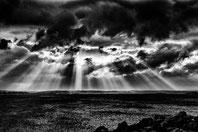 Lumiere du soleil à travers les nuages sur la mer
